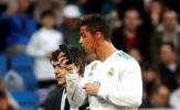 Cực hài: Ronaldo mượn điện thoại bác sĩ soi vết thương