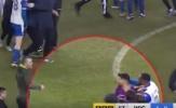 Cận cảnh Aguero nổi nóng đánh CĐV ngay trên sân