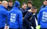 Bonucci đè đầu, bóp cổ đồng đội trên sân tập của tuyển Italia
