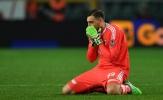 Donnarumma gục hẳn xuống sân khi Milan tiếp tục không thắng