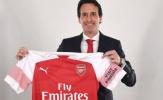 Unai Emery ngượng ngùng cầm trên tay chiếc áo của Arsenal