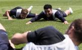 Nằm sấp mặt trên sân cỏ, Kyle Walker vẫn cười toe toét