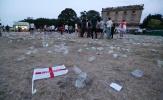 CĐV đội tuyển Anh vứt cờ, chai lọ xuống đường