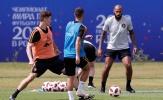 Xỏ giày ra sân, Henry dạy cầu thủ Bỉ cách sút tung lưới Tam sư
