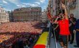 Hàng nghìn NHM đổ ra đường chào đón cầu thủ Bỉ như những nhà vô địch