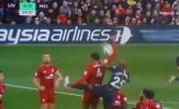 Van Dijk chơi 'bóng chuyền' trong vòng cấm; Mahrez đá bay ngôi đầu của Man City