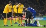Cầu thủ Wolves ôm mặt sau cú va chạm làm Fabregas nằm bất động