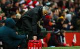 Hết đập phá, đấm đá, Mourinho lại làm điều này với bình nước
