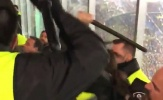 SỐC: Người của Barcelona đánh đập dã man CĐV Tottenham