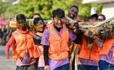 Xuân Trường lấm lem cùng đồng đội kết xuồng từ thân cây
