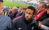 Neymar trả giá đắt vì đấm cổ động viên