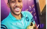 Aubameyang khoe giày vàng sau khi giúp Arsenal hạ Burnley