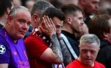 Mang cả áo Brighton đến sân, CĐV Liverpool vẫn phải ôm mặt nức nở