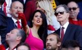 Vợ chủ tịch Liverpool đi giày cao gót đá bóng