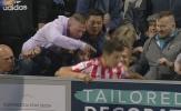 Cầu thủ Sunderland bị CĐV đối thủ hành hung ngay khi đang thi đấu