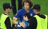 David Luiz bảo vệ 'fan cuồng' trước các nhân viên an ninh