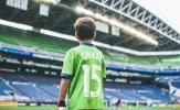 Khoảnh khắc cảm động, cậu bé 8 tuổi bước ra sân đối đầu Dortmund