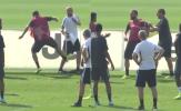 SỐC! Bị sỉ nhục, Higuain nổi điên đá thẳng trợ lý từng khiêu khích Mourinho