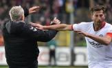 SỐC! Bundesliga dậy sóng, 'kẻ ám sát' Bayern hành động phi thể thao, nhận thẻ đỏ rời sân