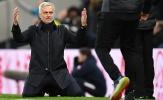 Cái quỳ gối của Mourinho và những khoảnh khắc ấn tượng vòng 22 NHA
