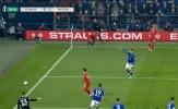 CHOÁNG! Học đòi 'cosplay' Arnold, sao Bayern ê mặt gục ngã xuống sân đầy hài hước