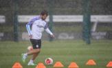 'Kẻ nổi loạn' Man City xuất hiện, Pep Guardiola đeo khẩu trang và bao tay chỉ đạo