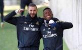 Benzema và Vinicius ôm vai bá cổ, như chưa hề có xích mích