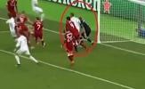 Sau khi khiến Salah chấn thương, Ramos thúc cùi chỏ vào mặt Karius