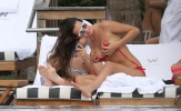 Malena Costa khiến dân tình ngẩn ngơ nhờ bikini đỏ rực