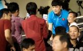 Fan vây kín Xuân Trường trên khán đài sau trận thắng 4-0