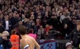 Cổ động viên ngã sấp mặt vì cướp áo sao Premier League
