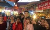 Đội phó U23 Duy Mạnh được người hâm mộ vây quanh khi đến đền Bà Chúa Kho