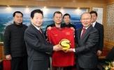HLV Park Hang-seo về thăm quê, tặng áo ĐT Việt Nam cho thị trưởng