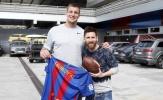 Messi lọt thỏm khi đứng cạnh cầu thủ bóng bầu dục