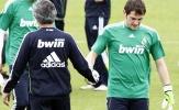 Mourinho: Julio Cesar bắt 1 tay cũng hơn 'thánh' Iker Casillas