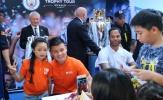 Cựu danh thủ Man City ngậm ngùi nhìn Quang Hải trong vòng vây NHM