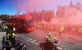 Chưa vô địch, fan Liverpool đã thả bom khói đỏ trời
