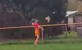 Cầu thủ bị đuổi khỏi sân vì giết 'kẻ quấy rối' trận đấu