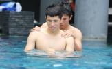 Tiến Dũng - Đình Trọng tâm sự 'chuyện đàn ông' tại hồ bơi khách sạn