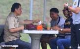 Đấu chung kết với Việt Nam: HLV Tan Cheng Hoe thưởng thức sinh tố xem cầu thủ tập luyện