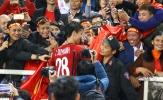Duy Mạnh 'khóa môi' bạn gái trên sân Mỹ Đình khi ĐT Việt Nam vô địch