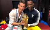 Sao Arsenal đăng tải bức ảnh chụp cùng cúp vàng