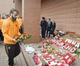 Các cầu thủ AS Roma dâng hoa trên đài tưởng niệm nạn nhân Hillsborough