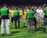 Phẫn nộ khi không thể lên hạng, CĐV Braunschweig kéo nhau lao xuống sân đòi ăn thua đủ với Wolfsburg