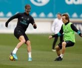 Bất chấp chấn thương mũi, Ramos vẫn 'cân' Modric trên sân tập