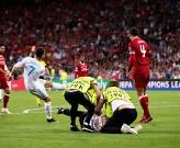 Tung chân chốt hạ Liverpool, Ronaldo bị kẻ lạ mặt phá bĩnh
