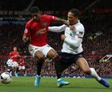 Van Dijk trượt té, CĐV Liverpool chúc mừng: 'Man Utd vô địch'