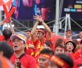 Video CĐV Việt Nam 'đốt lửa' tiếp thêm sức mạnh giúp ĐT Việt Nam đánh bại Thái Lan