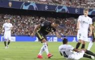 Ronaldo bị đuổi khỏi sân vì lỡ 'xoa đầu' đối thủ?