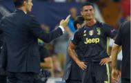Ronaldo 'đáp trả' Messi bằng thẻ đỏ, Juventus 10 người vẫn... đả bại Valencia